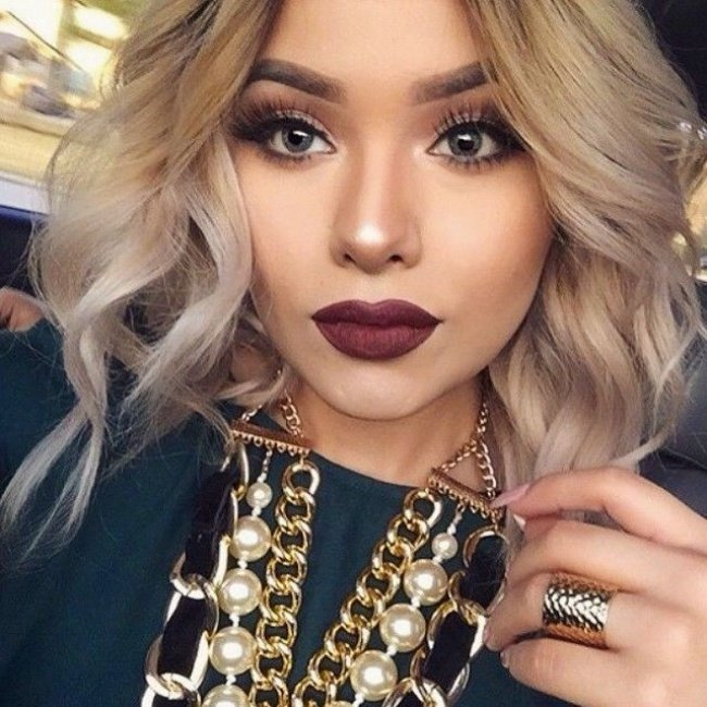 Chica usando un labial color mate