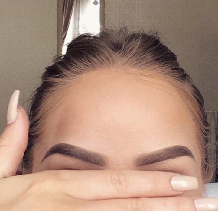 Chica mostrando sus cejas
