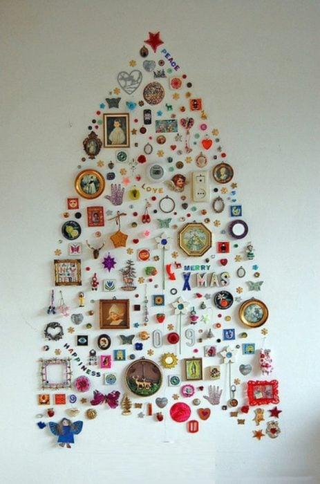 árbol de navidad en la pared hecho de adornos