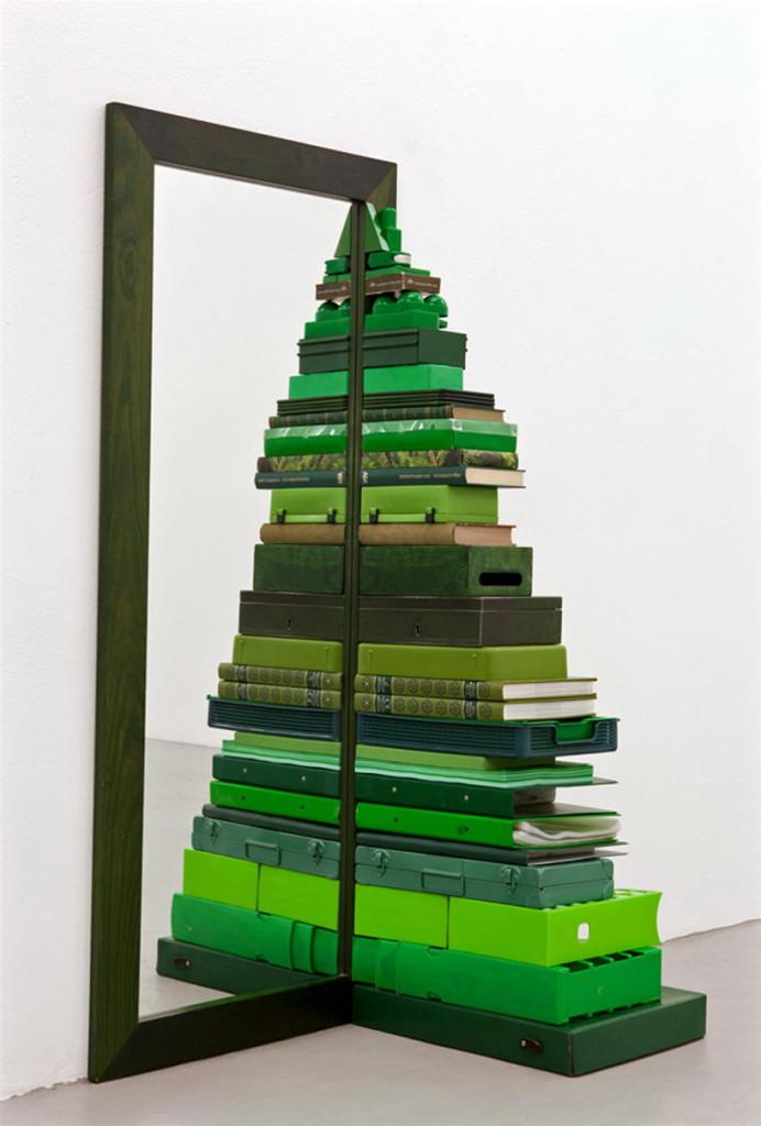 rbol de navidad hecho de objetos verdes