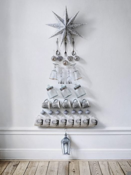 árbol de navidad en pared con jarras y tazas