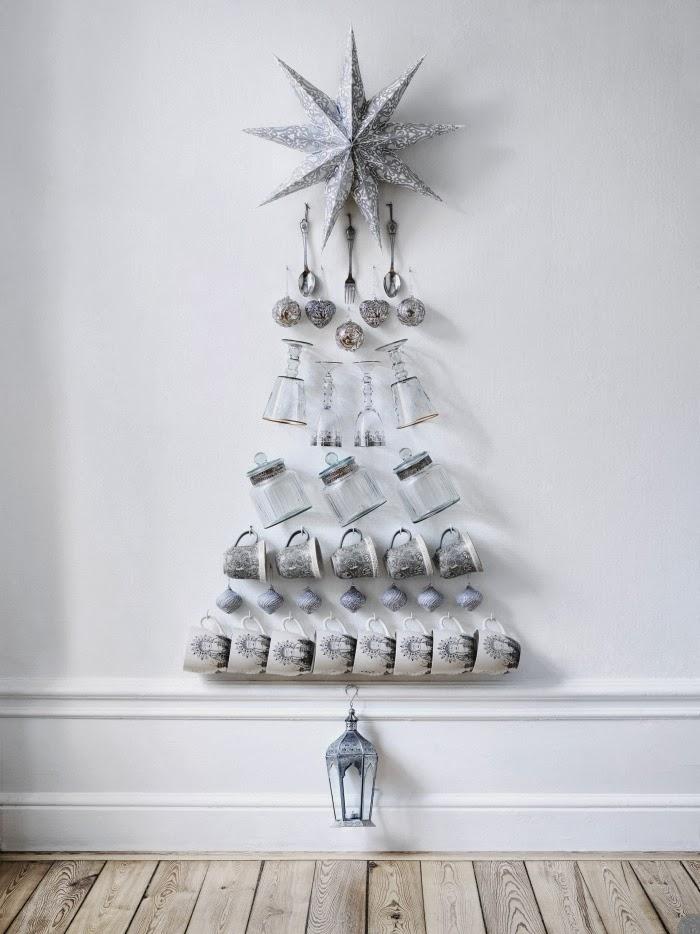 rbol de navidad en pared con jarras y tazas