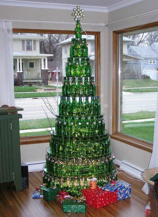 árbol de navidad hecho de botellas verdes