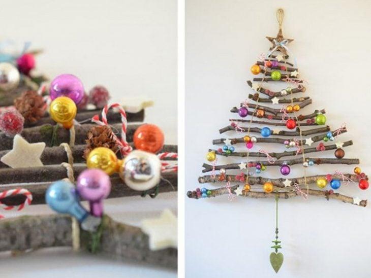 árbol con ramas y esferas