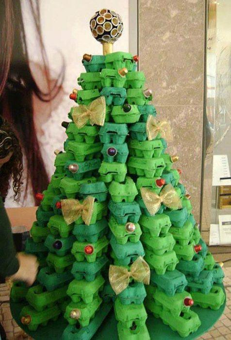 árbol de navidad con cartones de huevo