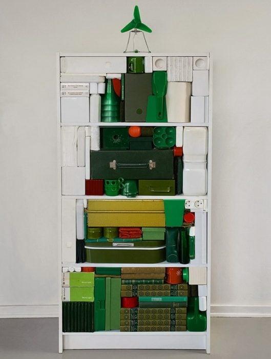 árbol de navidad con objetos verdes en librero