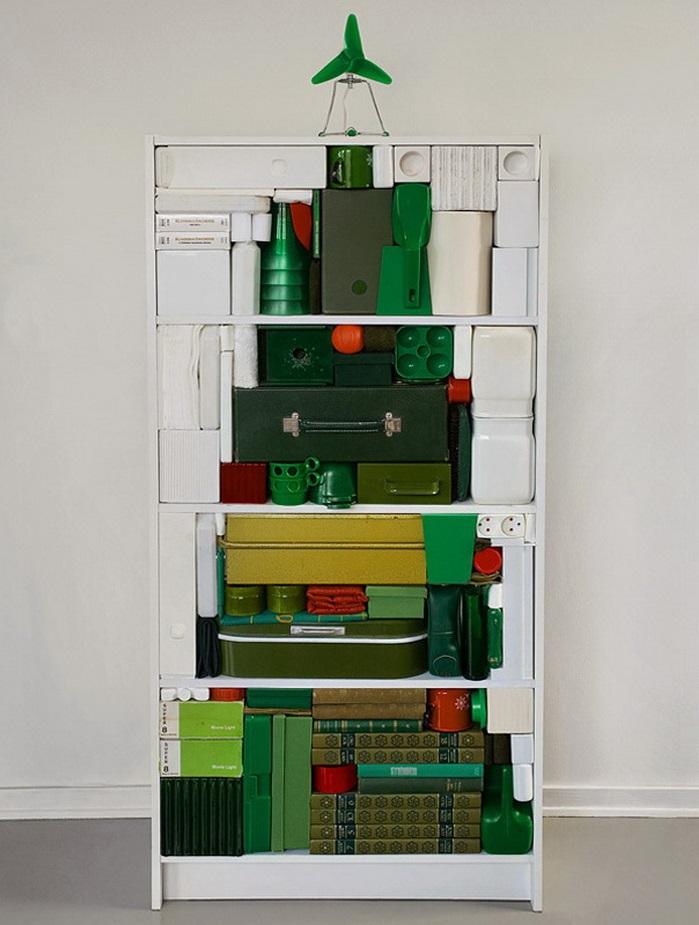 rbol de navidad con objetos verdes en librero