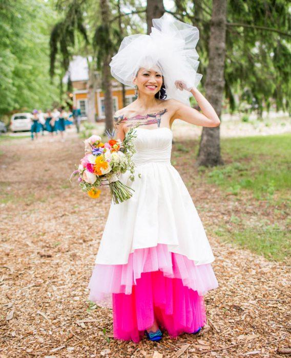 chica vestida de novia con colores
