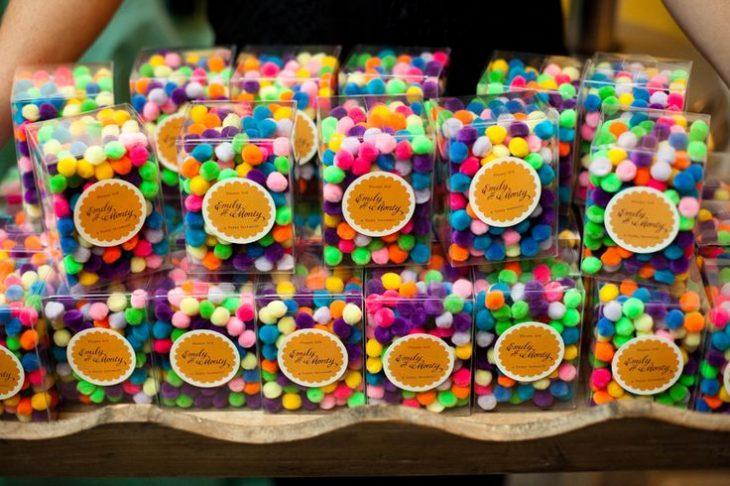 pompones de colores para boda
