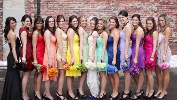damas vestidas de colores