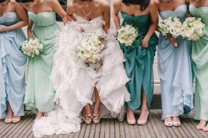 novia y damas vestidas de verde