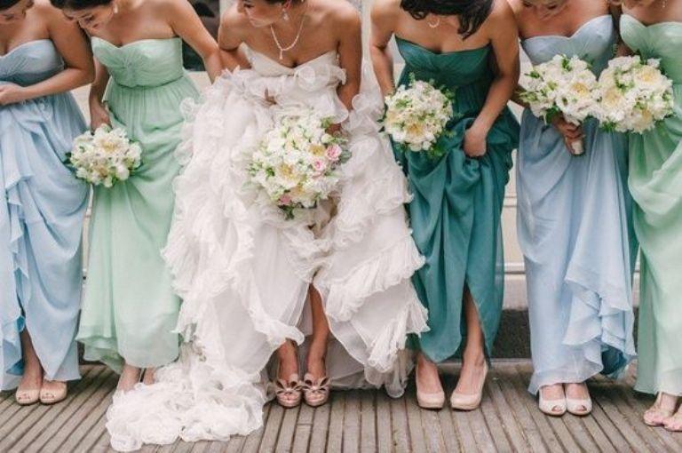 damas vestidas de toda la gama de un color