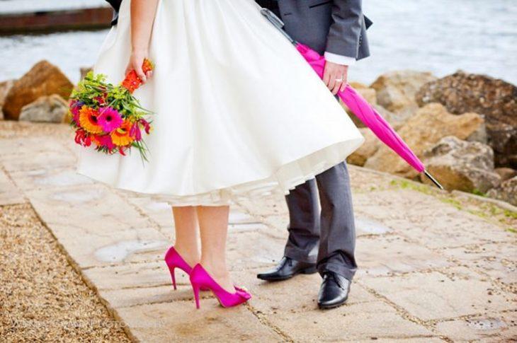 detalle de color en zapatos de novia