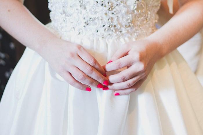 novia con manicure rojo