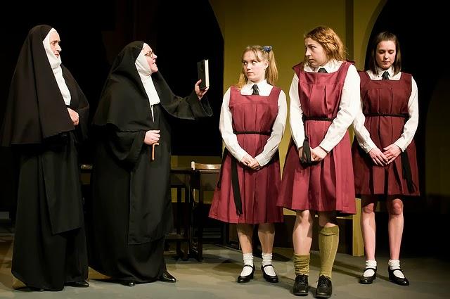 monjas regañando alumnas escuela