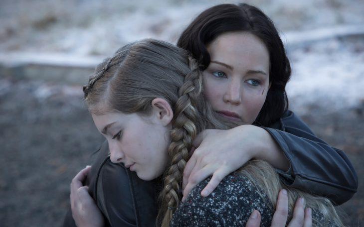 Escena de la película los juegos del hambre katniss y prim abrazadas