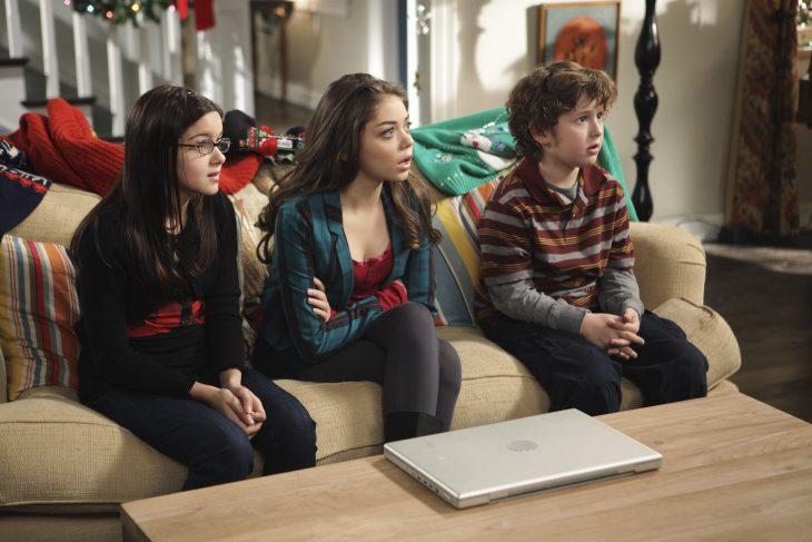 Escena de la serie modern family hermanos enojados