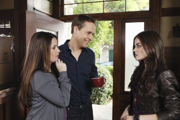 Escena de la serie pretty little liars, aria junto a sus padres
