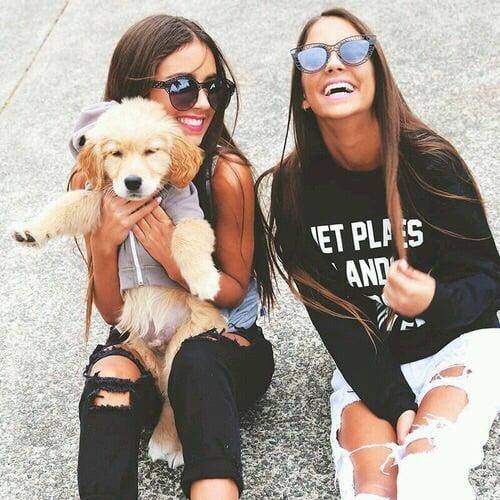 Chicas sosteniendo a un perrito