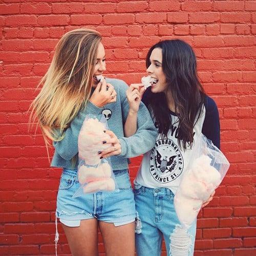 Chicas comiendo algodón de azúcar