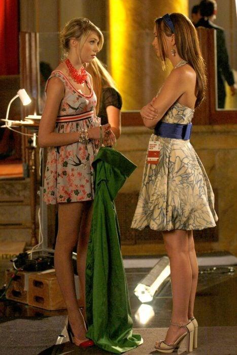 Escena de la serie gossip girls chicas sosteniendo un vestido