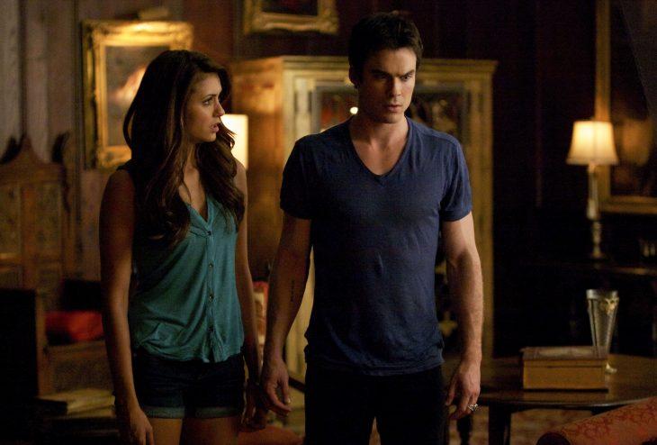 Escena de la serie the vampire diares, damon y elena peleando
