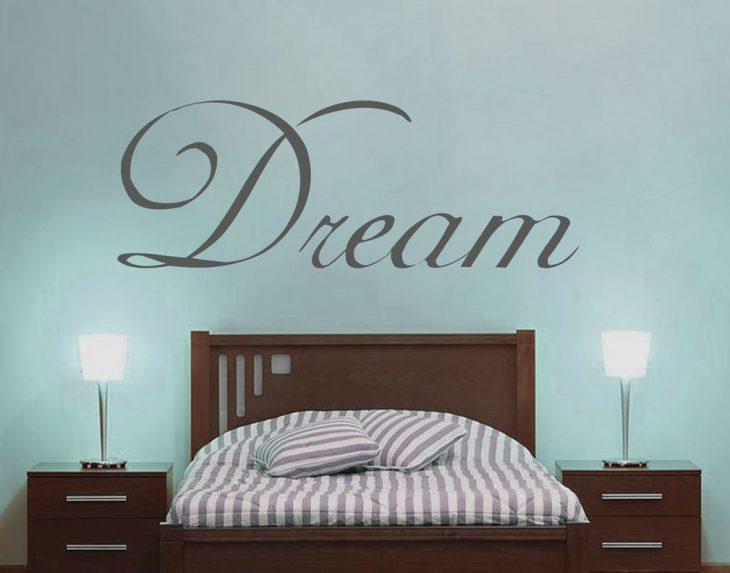 Letras de decoración en una pared de dormitorio