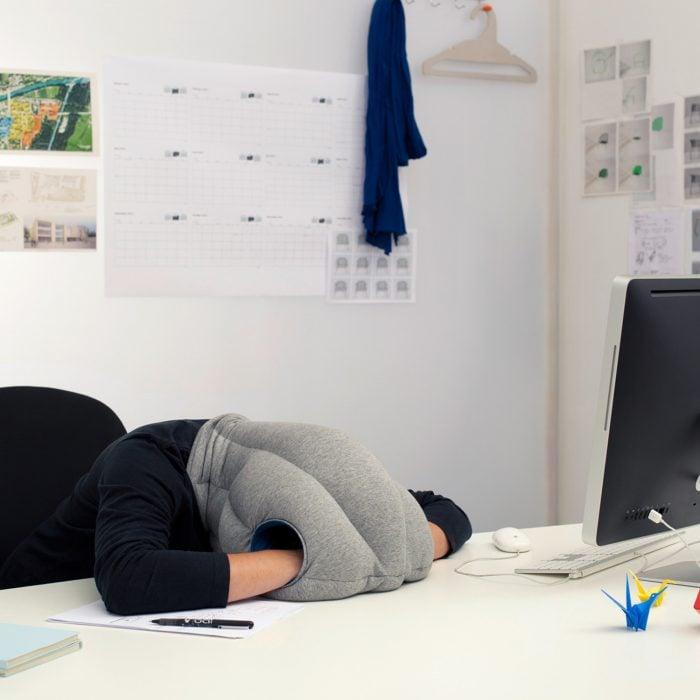 Chica con la cabeza recostada en una almohada