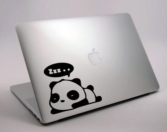 Computadora con un stiker de un panda durmiendo