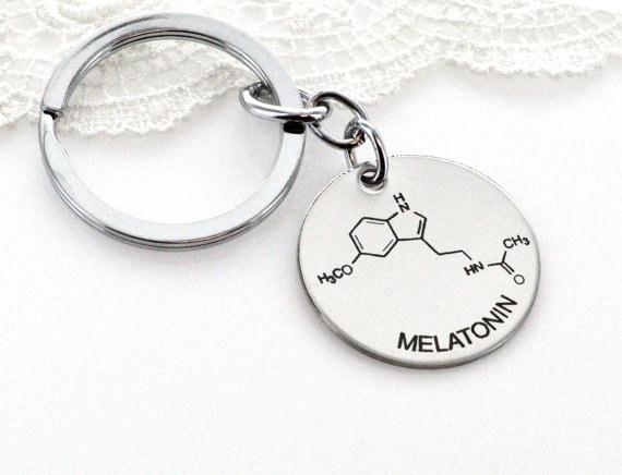 Llavero que explica lo que es la melatonina