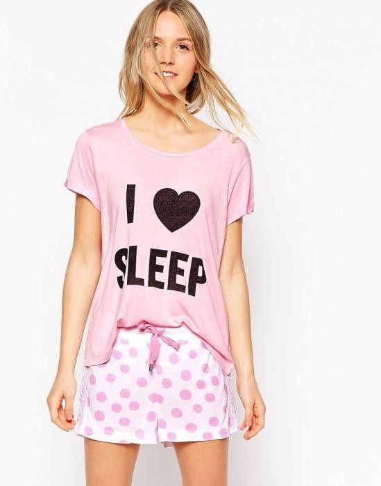 Chica con una pijama que dice i love sleep