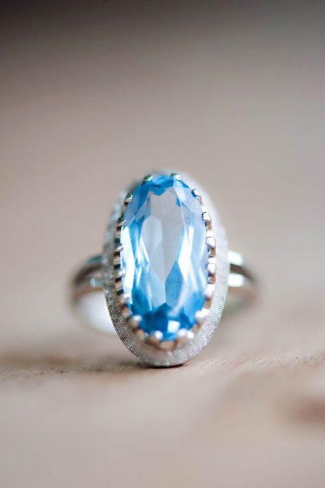 Anillo de compromiso con la piedra en color azul