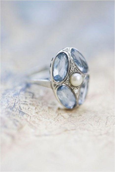 Anillo de compromiso con diseño vintage con piedras azules