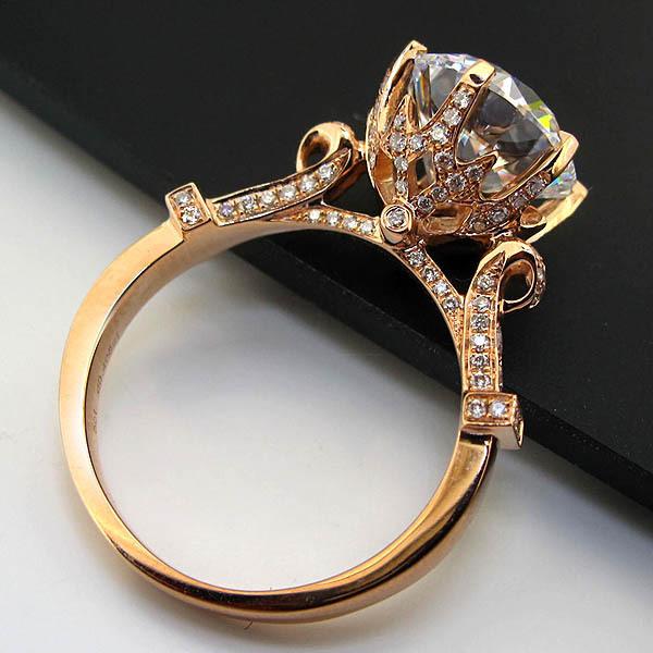 Anillo de compromiso con diseño vintage en color dorado con diamantes