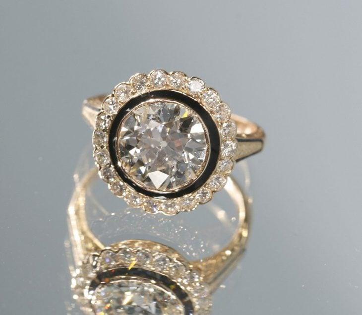 Anillo de compromiso con diamantes negros