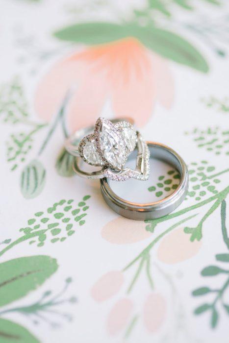 Anillo de compromiso con la piedra en forma de gota