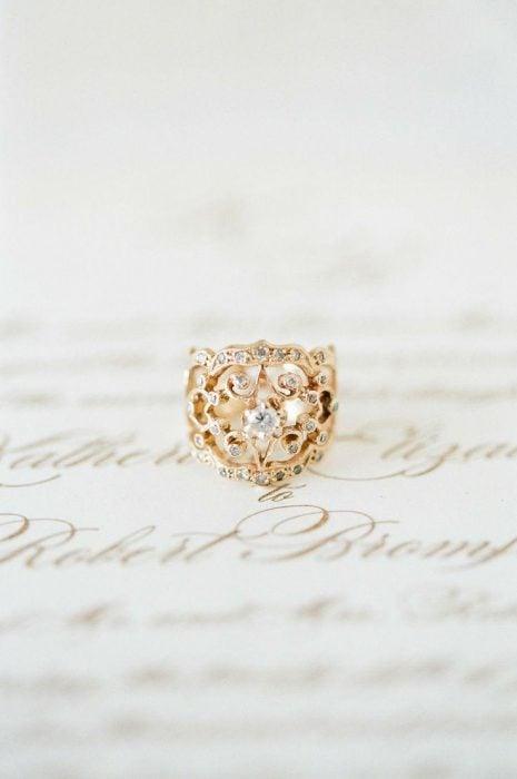 Anillo de compromiso sin diamantes y de oro trenzado