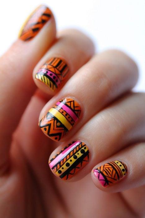Uñas con diseños en azteca print