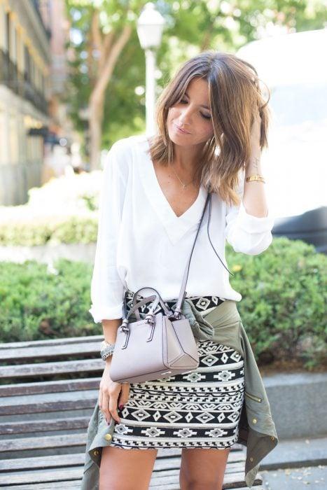 Chica usando una falda de aztec print con una blusa en color blanco