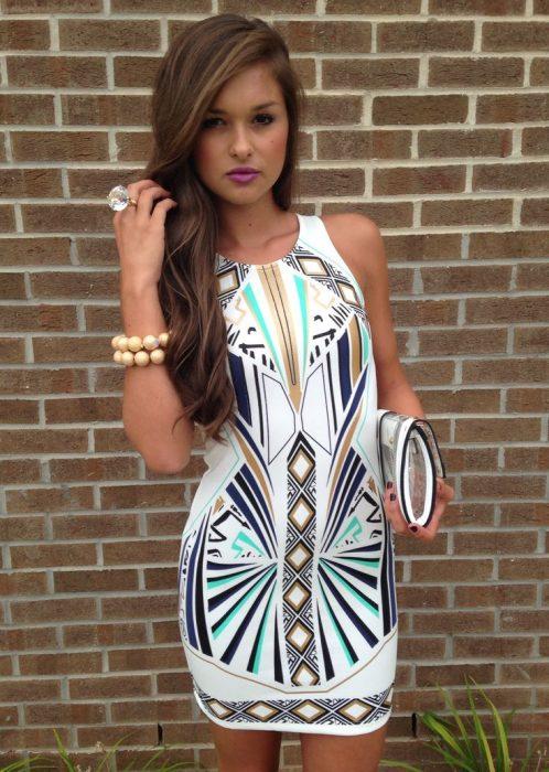 Chica usando un vestido con una diseño aztec print
