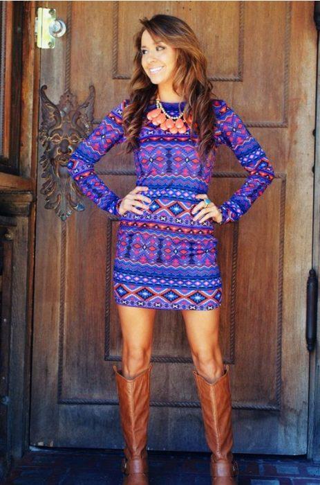 Chica usando un vestido con un estampado aztec print