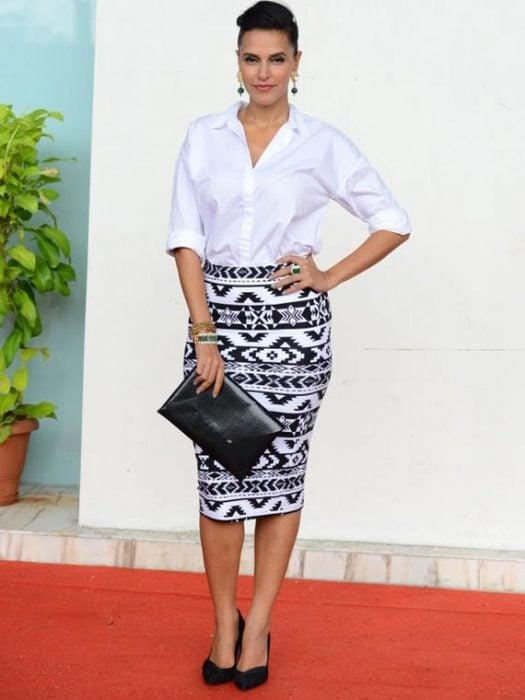 Chica usando una falda de corte lápiz con una blusa blanca de vestir