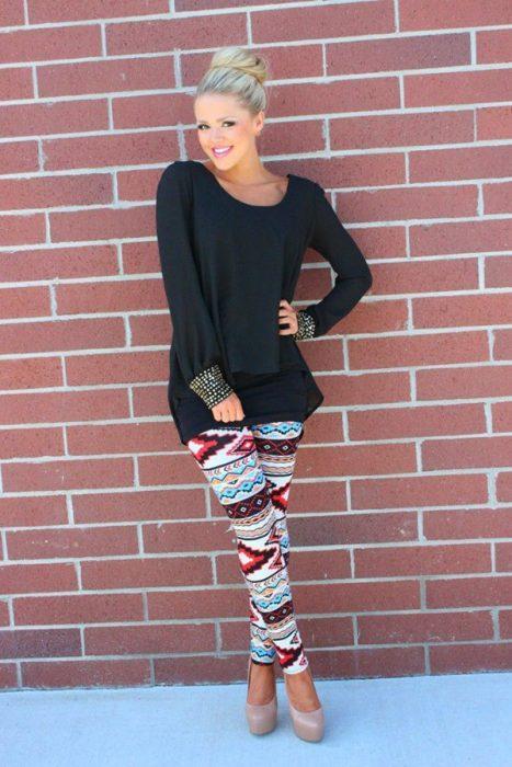 Chica usando unos leggins con estampado aztec print