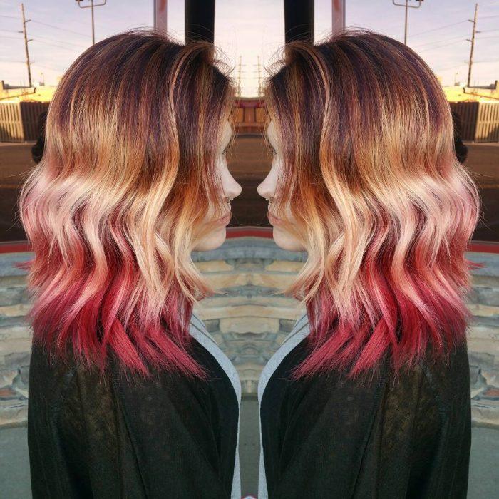 Chica con el cabello corto y teñido con el estilo sunset hair