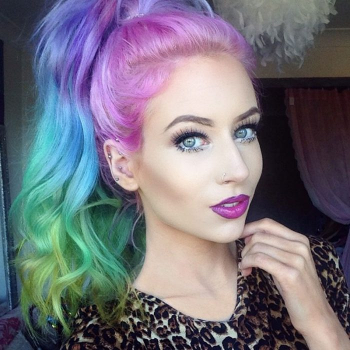 Chica con el cabello de colores que forma parte de una mueva tendencia de color