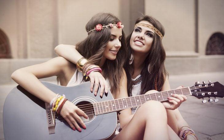 Chicas tocando una guitarra