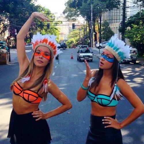 Chicas vestidas de apaches con bikini