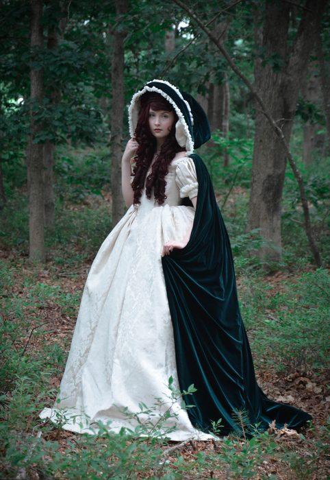 Chica con un vestido medieval de color blanco con verde