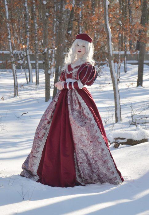 Chica usando un vestido medieval en color rojo