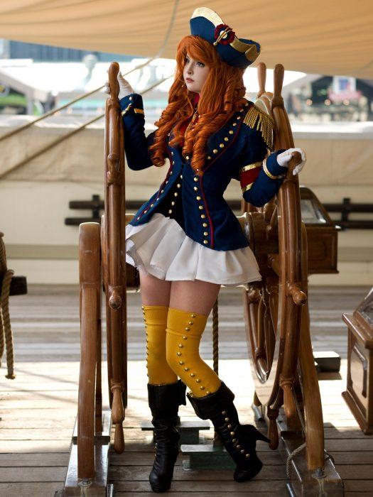 Chica usando un traje de marinera